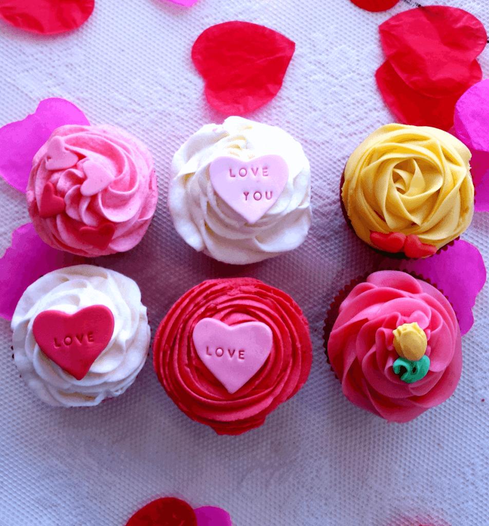 Cupcake's in verschillende kleuren en verschillende decoratie