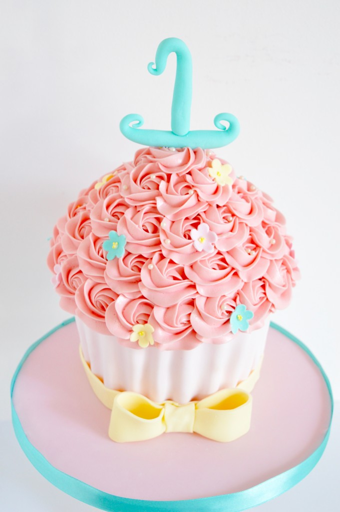 Giant cupcake cake in pink and blue, grote cupcake met strik in pink bestellen