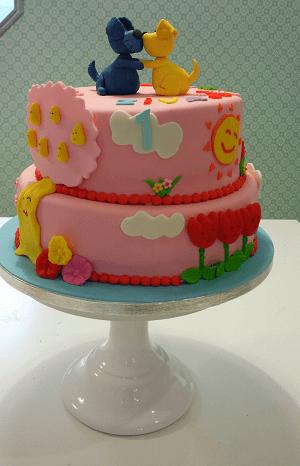 2 Laags verjaardagstaart met een blauwe en gele muis