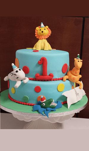 Verschillende dieren op een 2 laags verjaardagstaart