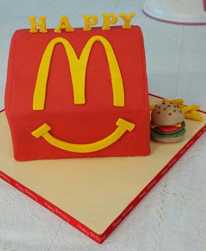 Een verjaardagstaart in de vorm van een Mc Donalds Happy Meal