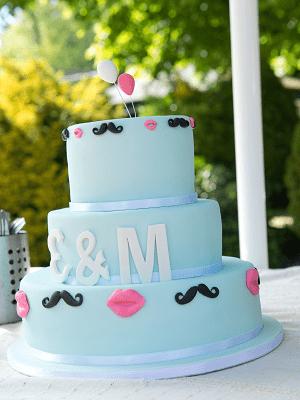 3 Laags blauwe bruidstaart met witte letters