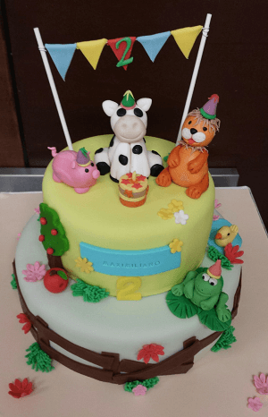 Baby dieren vieren feest op verjaardagstaart