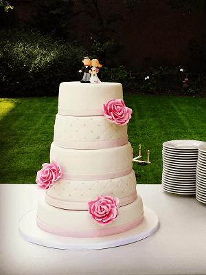 5 Laags witte bruidstaart met roze rozen en bruidspaar