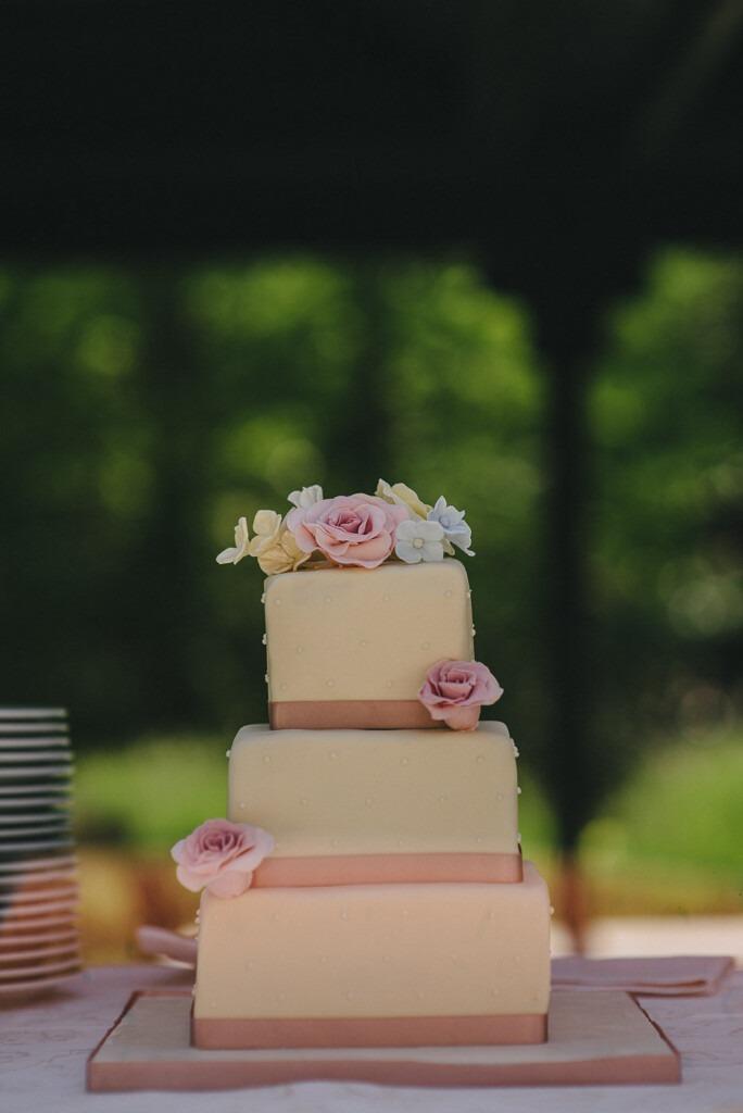 """3 Laags """"Vintage"""" bruidstaart met lint en rozen"""