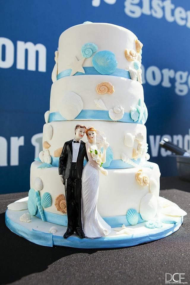 Een bruidstaart met een zee thema