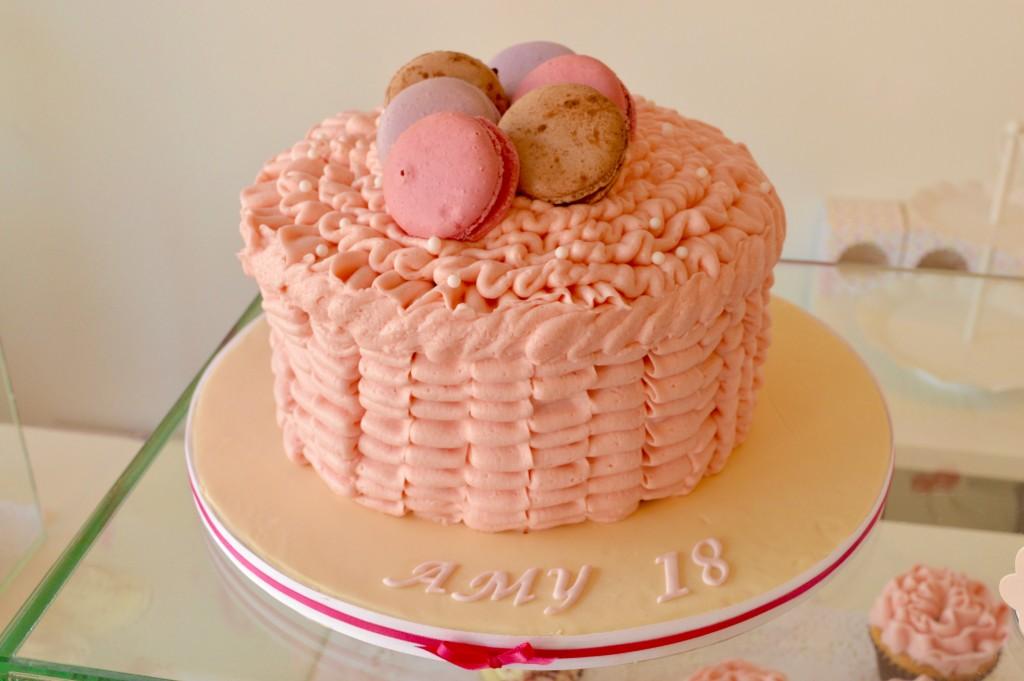 Buttercream-ruffles-macaron-cake-roze, roze-taart-macarons-redvelvet