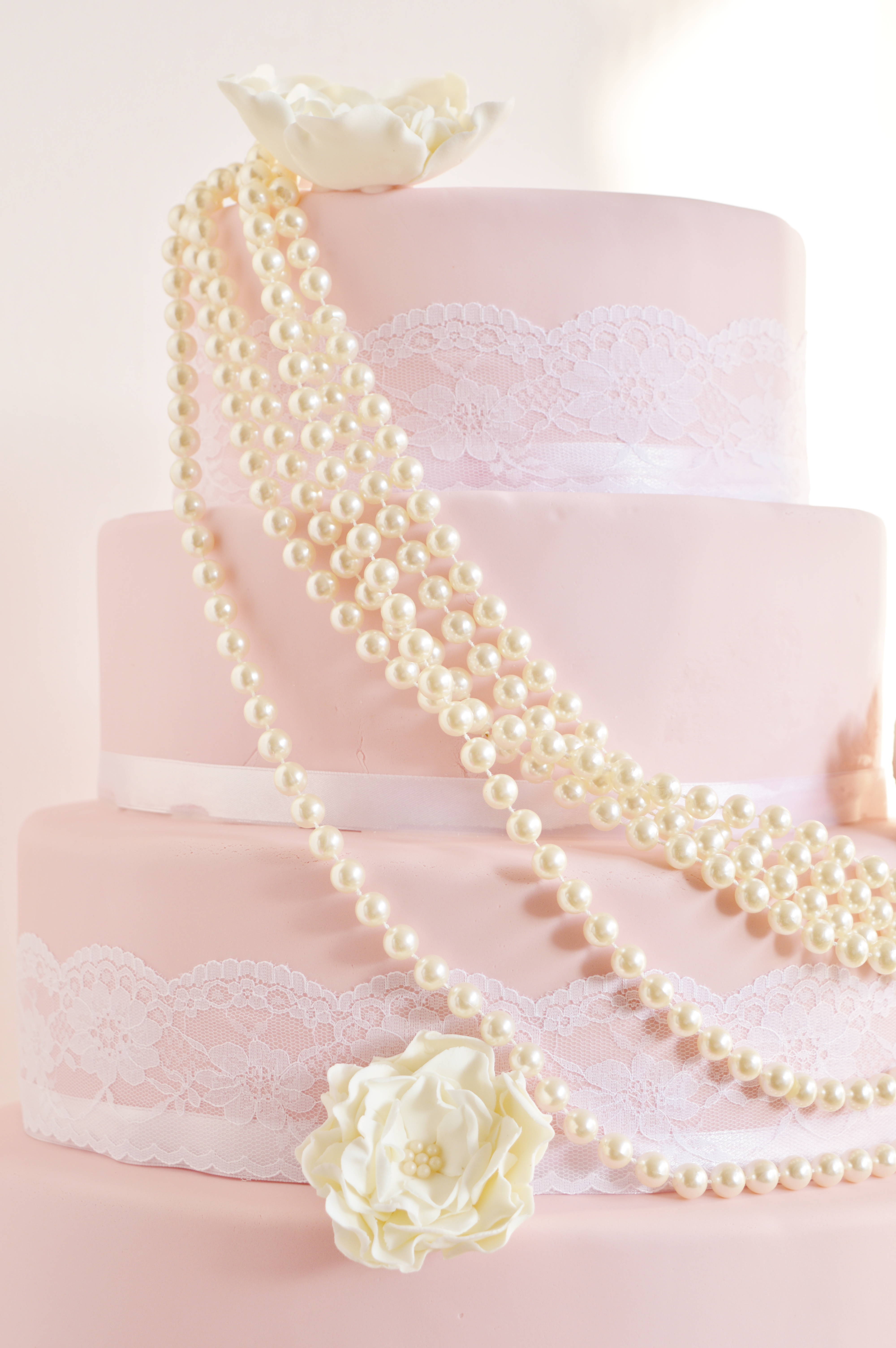 wedding cake pearls & lace order Den Haag, Roze trouwentaart