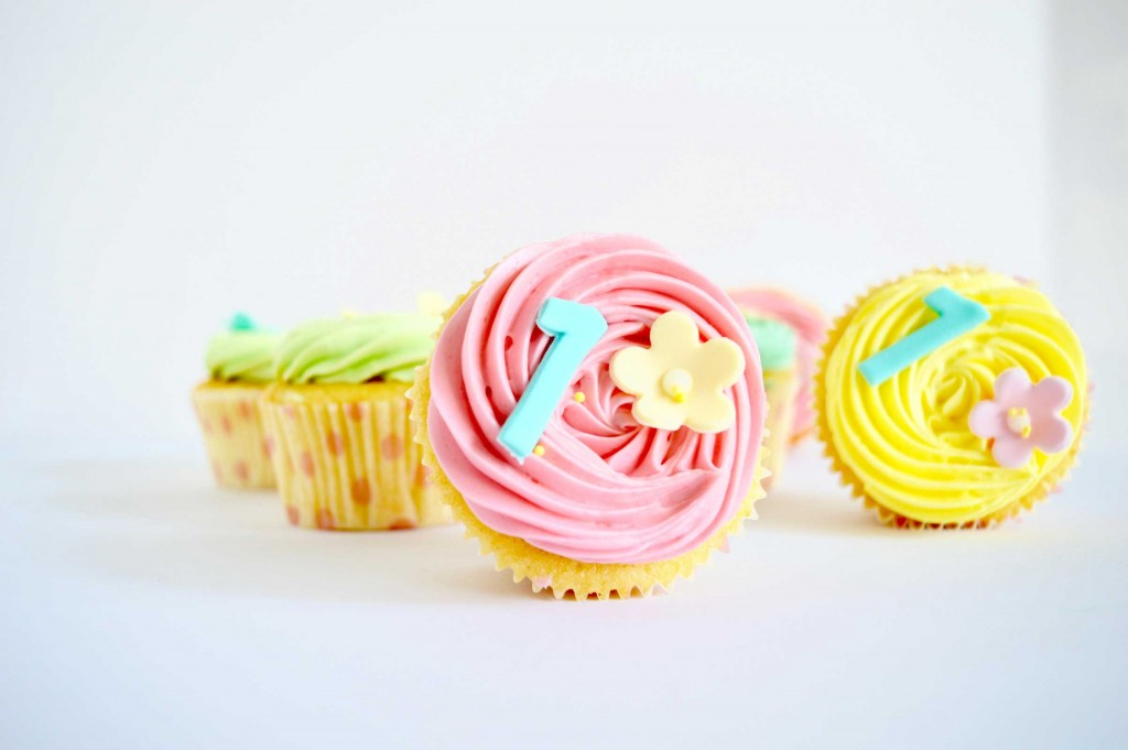 roze cupcakes, sweet table, baby shower