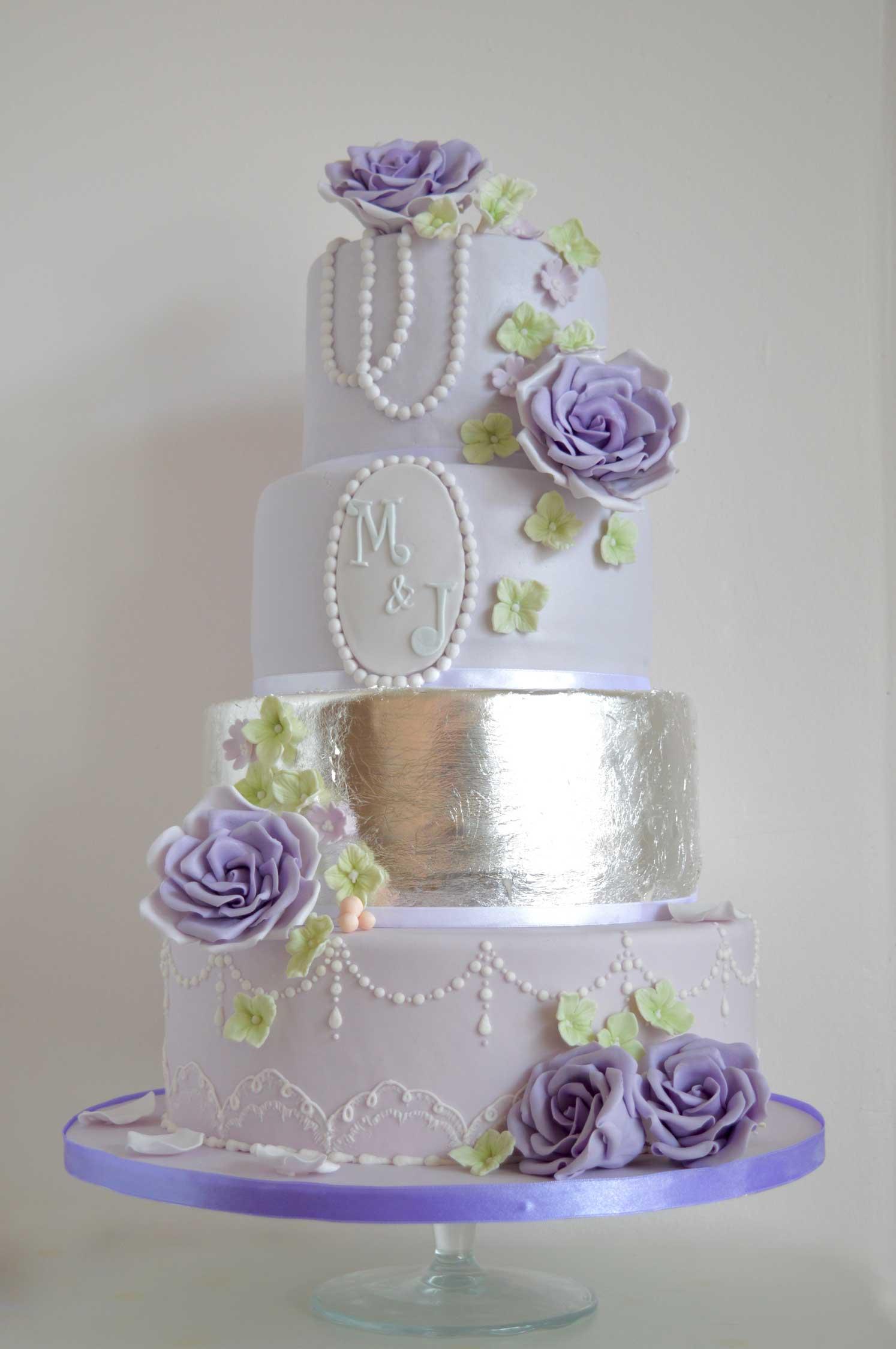 trouwtaart-met-silver-blad-paars-suiker-rozen-en-vintage-details