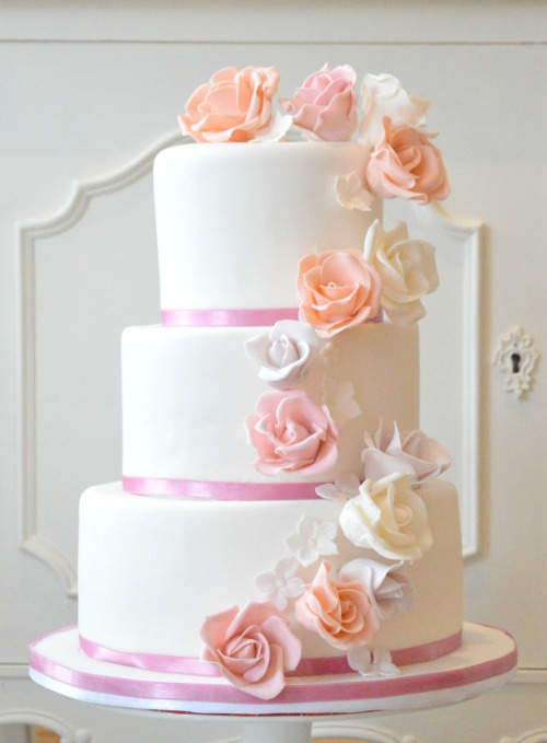 pastel-bloemen-bruidstaart, pink-flower-fondant-wedding-cake-denhaag, pastel-romantic-weddingcake