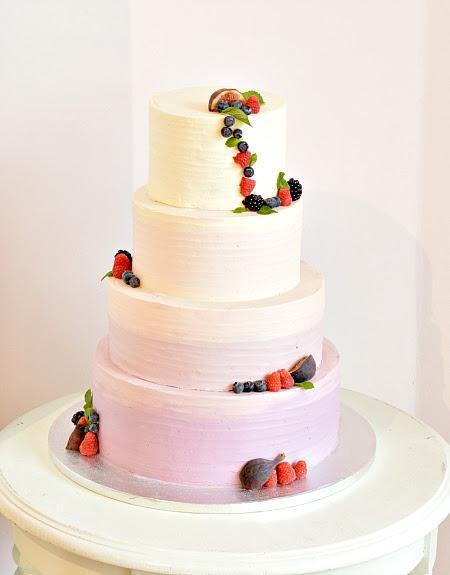 Ombre-paars-fruit-bruiloft-taart, ombre-purple-buttercream-cake