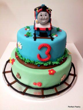 2 Laags verjaardagstaart met Thomas het stoomlocomotiefje