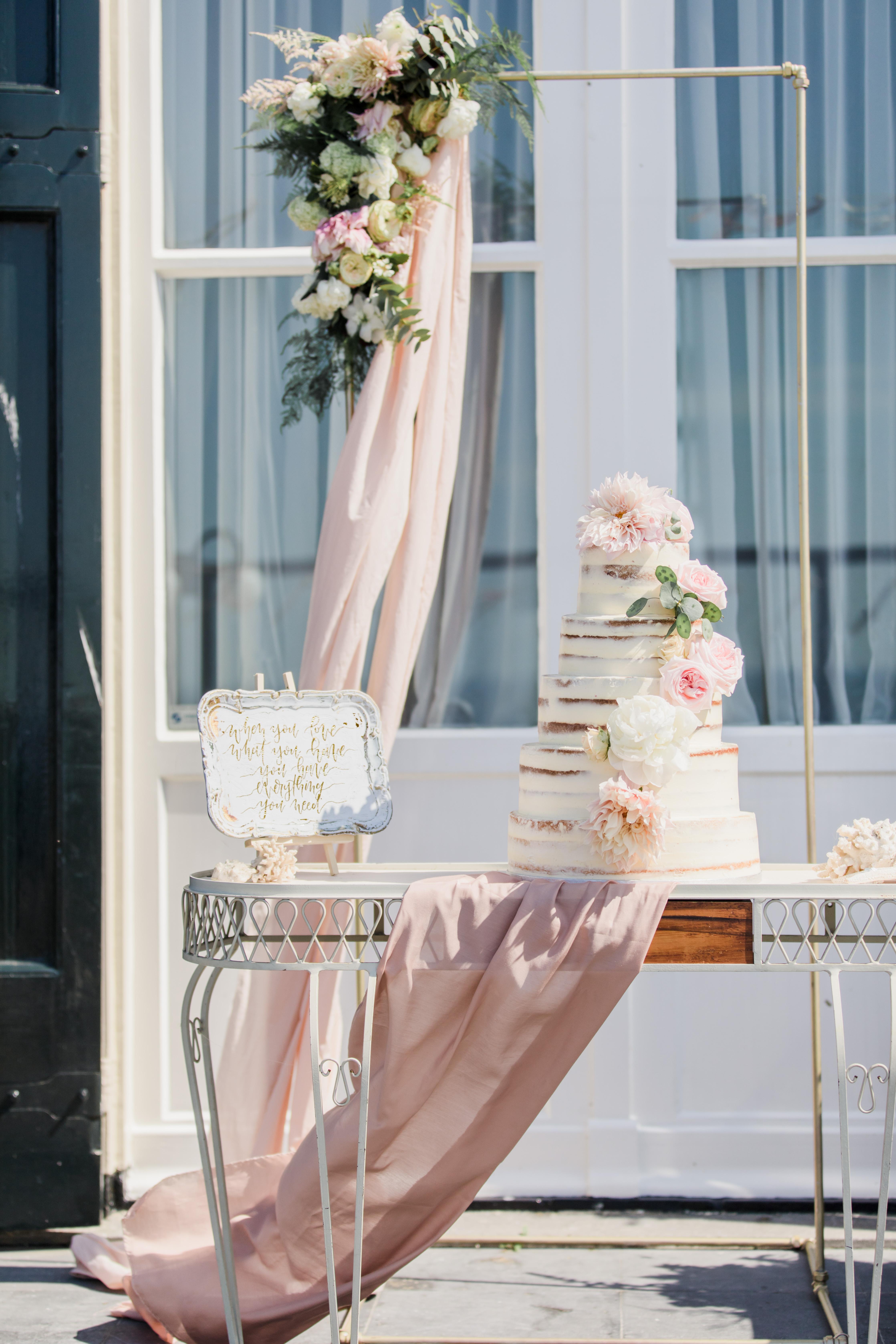 naked cake, boho wedding cake, seminaked cake, taart met verse bloemen