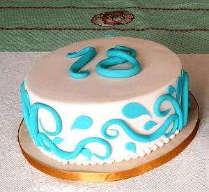 Witte verjaardagstaart met blauwe decoratie