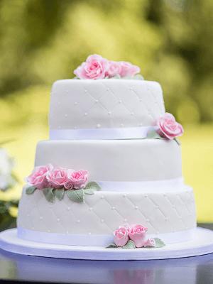 3 Laags bruidstaart met roze rozen