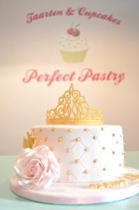 Babyshower-taart-bestellen-den-haag, roze-roos-goud-crown-taart, verjaardag-taart-roze-gouden-kroon