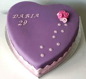 Paarse hartvormige verjaardagstaart met tekst