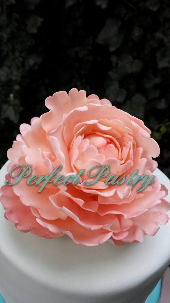 Roze roos op bruidstaart