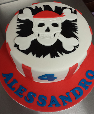 Witte verjaardagstaart met piraten doodshoofd
