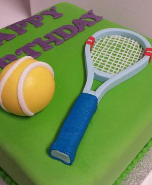 Een met tennisbal en rackets versierde verjaardagstaart