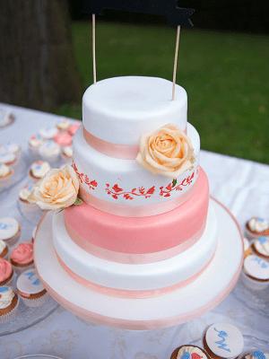 """Witte en Roze """"Victoria"""" bruidstaart met gele open rozen"""