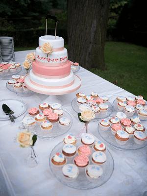 """Witte en Roze """"Victoria"""" bruidstaart met gele open rozen en cupcake's"""