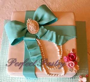 Witte verjaardagstaart met eetbare blauwe strik