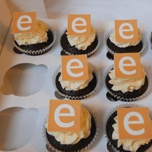 Chocolade cupcake's met bedrijfslogo