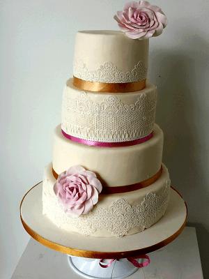 """Bruidstaart """"Amalia"""" met kanten linten en een eetbare roos"""