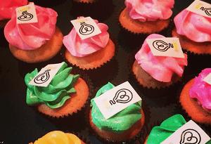 Regenboog cupcake's met bedrijfslogo