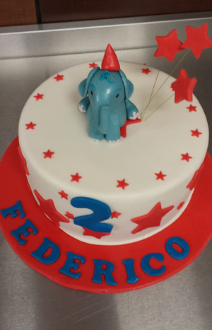Blauwe olifant op verjaardagstaart