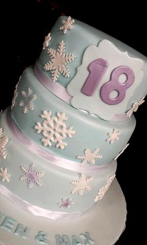 3 Laags blauwe verjaardagstaart met sneeuwvlokken