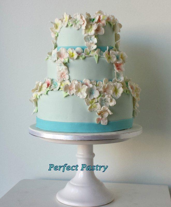 3 Laags blauwe bruidstaart met Hortensia bloemen