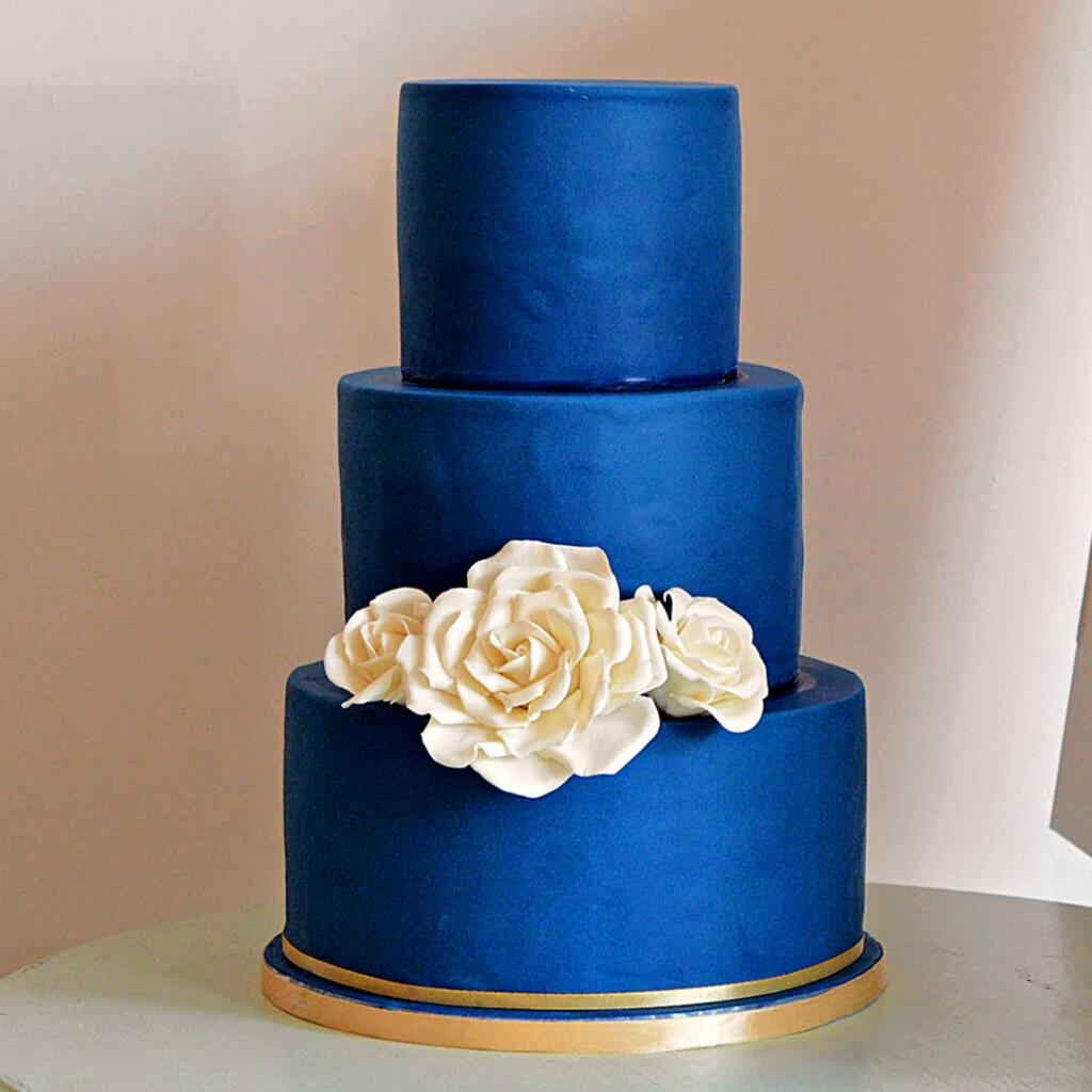 Bruidstaart-blauw-met-witte-rozen