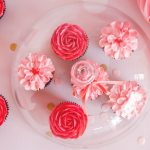 valentijnsdag-cadeau-cupcakes-rood-roze-bloemen