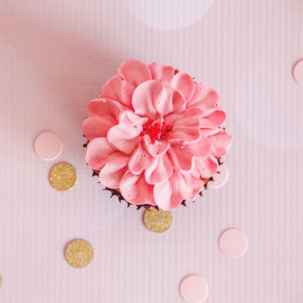 raspberry-flower-design-cupcakes