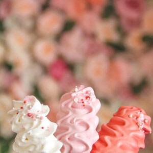 meringue-op-een-stokje-wit-roze-donkerroze