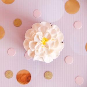 witte-chocolade-bloem-cupcake