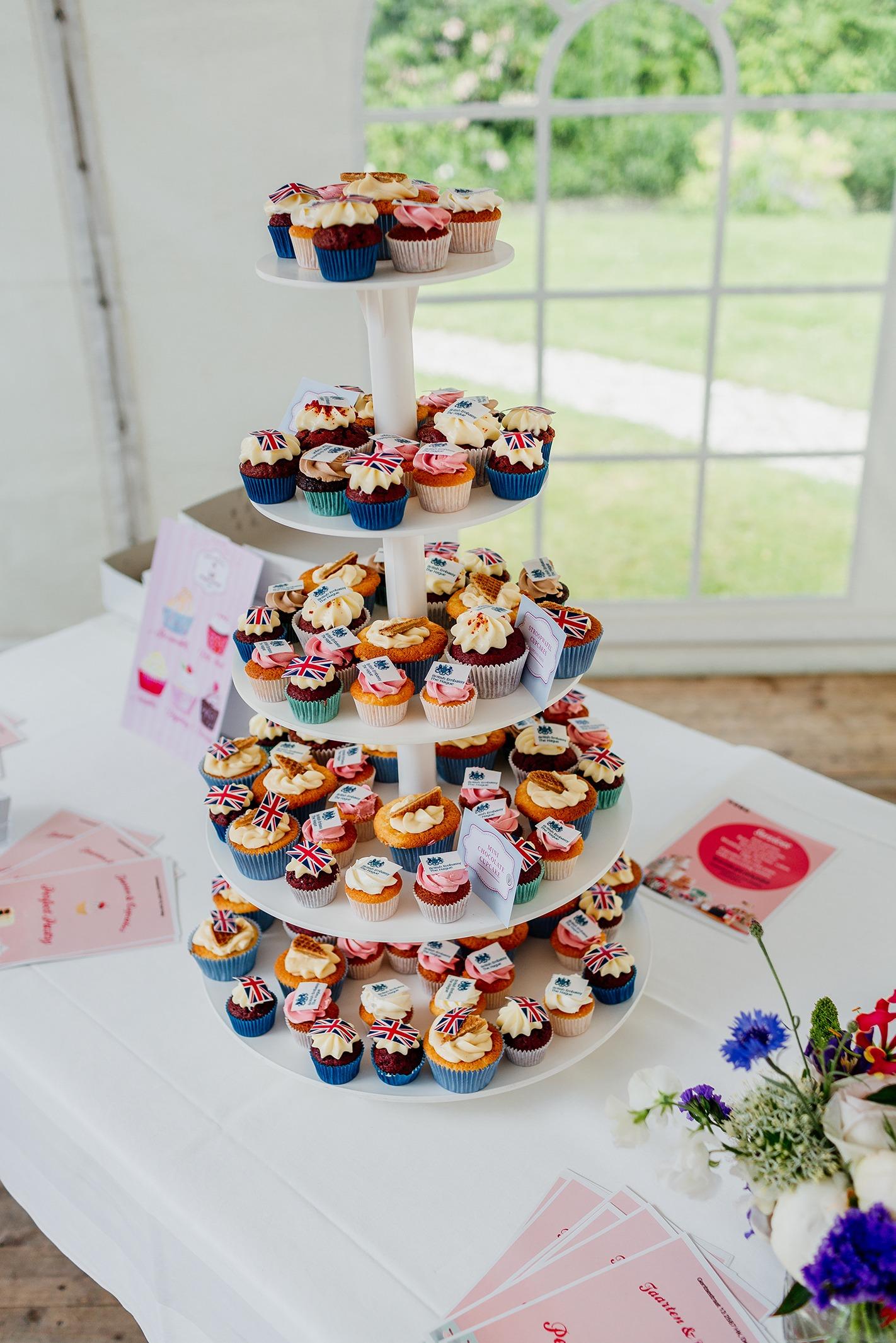 cupcakes-toren-bedrijf-gebak-logo-verschillende-smaken