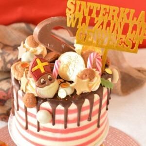 sinterklaas-taart-veel-snoepjes-grote-letter-s-rood-wit-taart