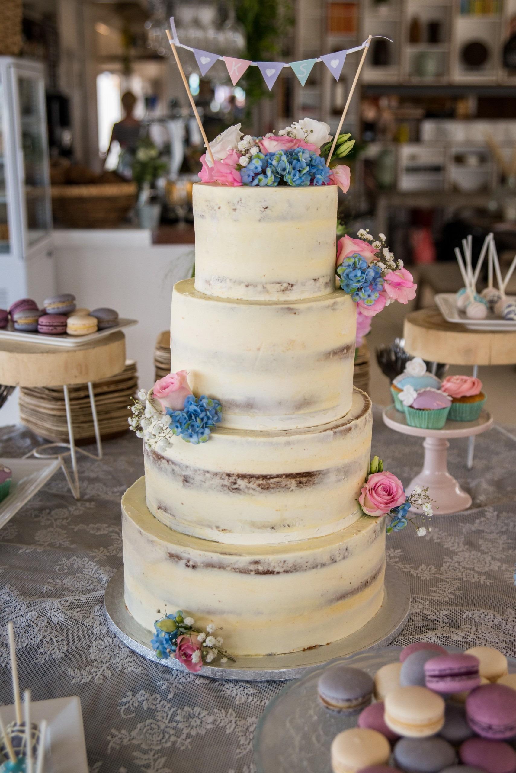seminaked-bruidstaart-4-laag-blauw-en-roze-bloemen