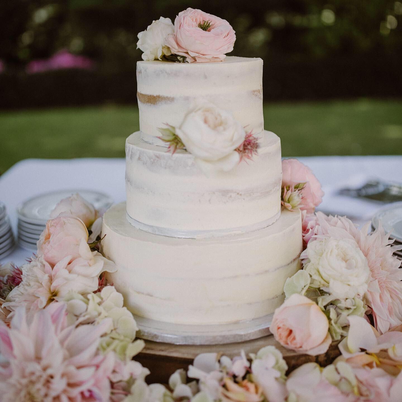 pastel-zacht-3-laag-bruidstaart-peonies-roze