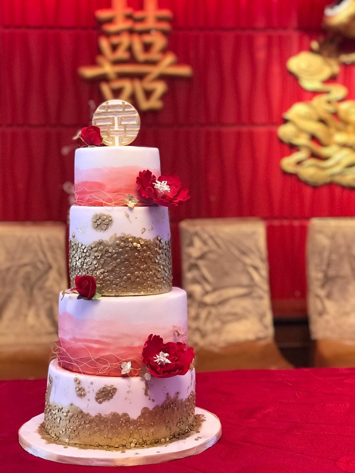 rood-met-goud-4-laagen-taart-met-chinese- geluk-symbol-en-suiker-bloemen