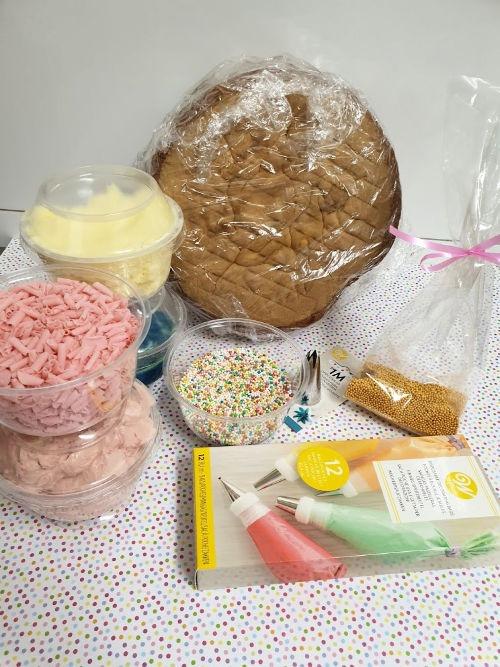 diy-taart-doos-botercrème-spuitmondje-taart-spikkels