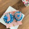 thuis-cupcakes-maken-doos-blauw-met-roze-cupcakes-kaars