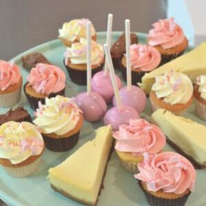 diverse-lekkernijen-voor-high-tea-cake-pops-brownies-cheesecake-minicupcakes-den-haag-thuis-pakket