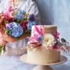 witte taart met bloemen en bloemen boeket