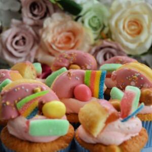 traktatie-op-school-verjaardags-cupcakes-met -snoep-en-donuts